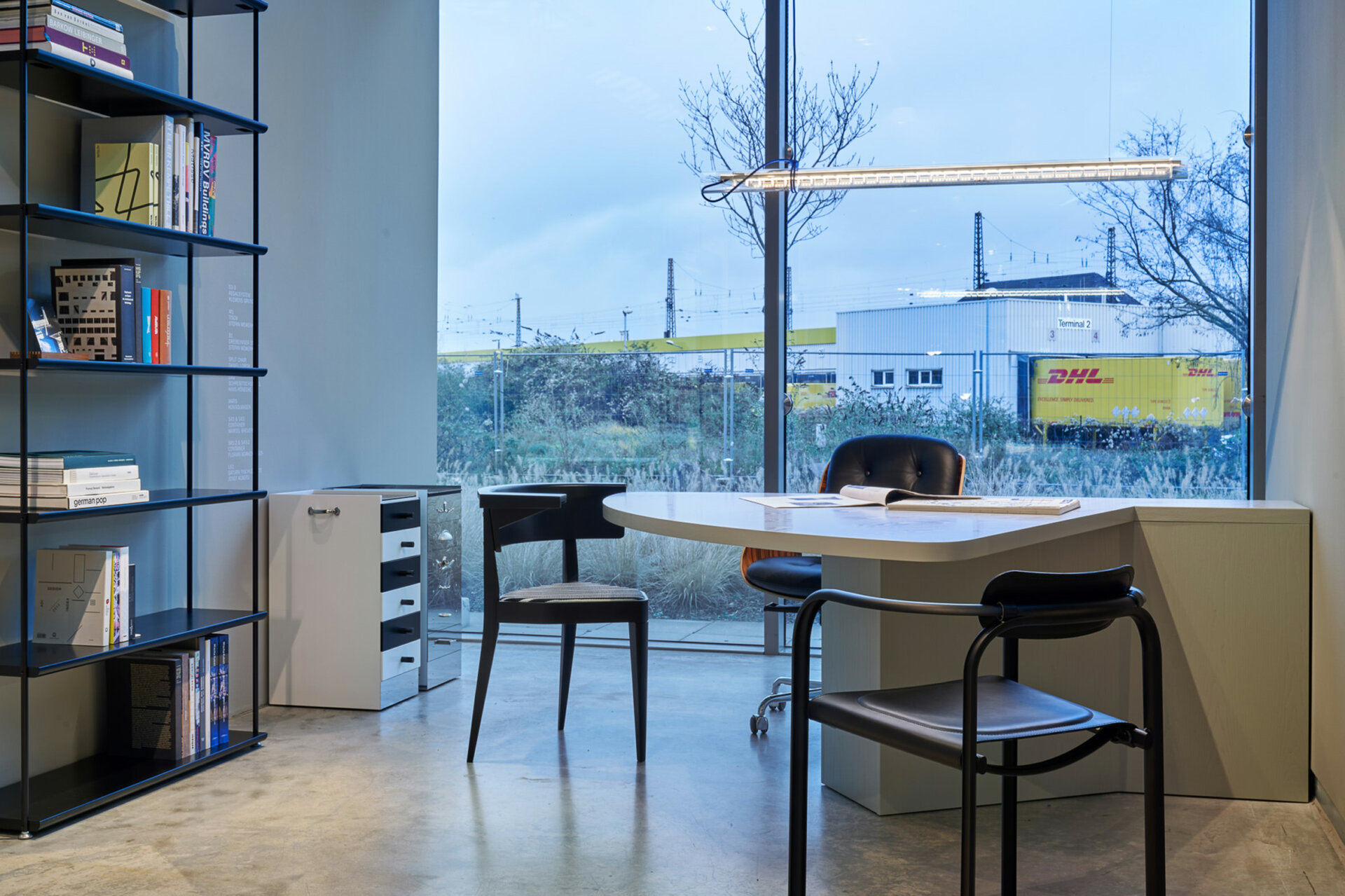 Schreibtischstuhl D49, dreckiger Armlehnenstuhl B1 & Split Chair